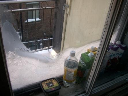 Le cadre de fenêtre comme frigo